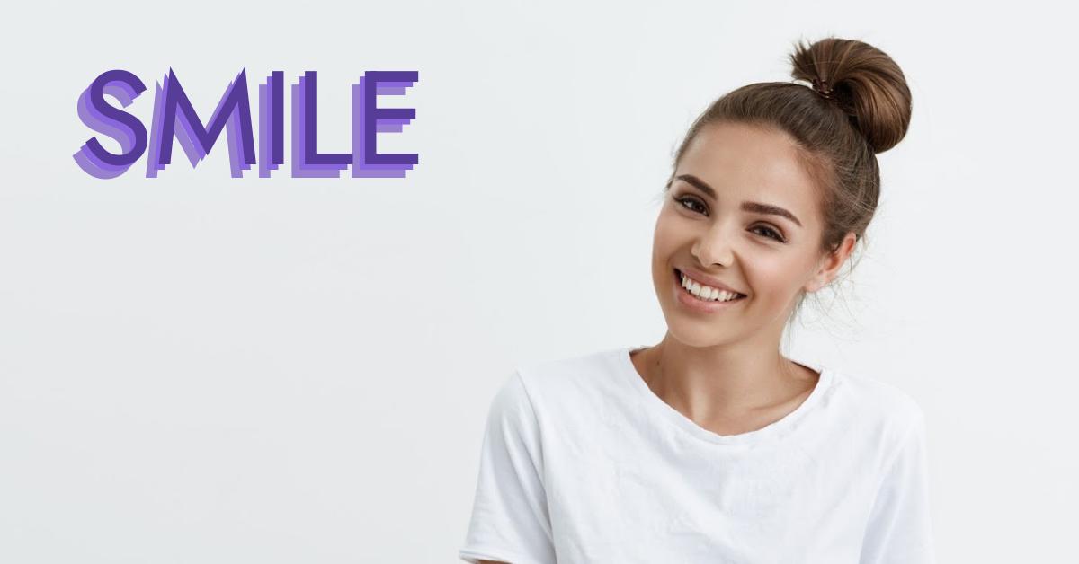 Usmívající se slečna s nápisem smile