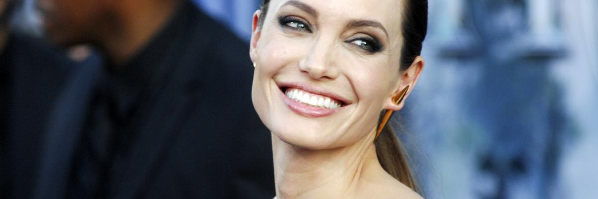 Usmívající se Angelina Jolie
